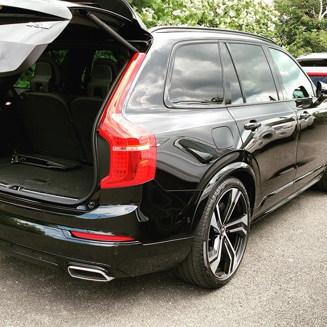This @volvocaruk XC90 that's being delivered to today has lots of onboard gadgets. Including suspension that you can lower from the back! Easy loading!